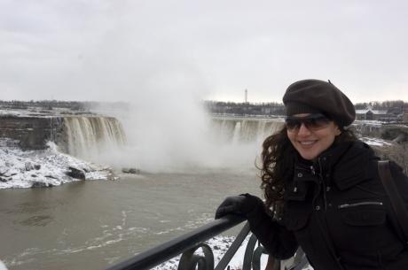 In drum spre hotel, cascada canadiana vazuta din departare