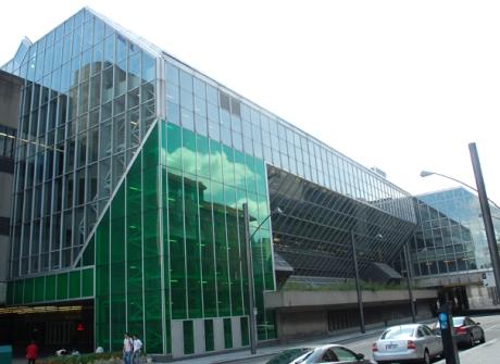 Vedere laterala a Palais de Congres