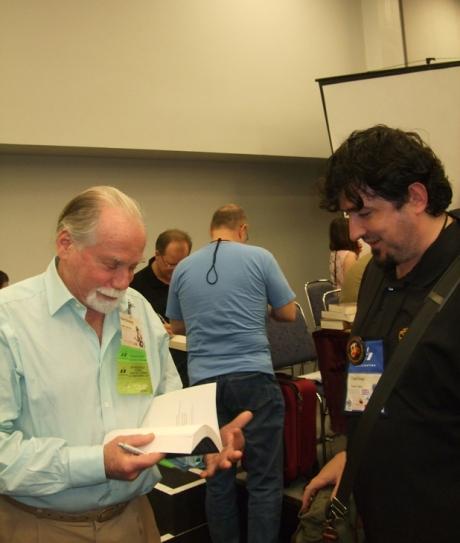 Imediat dupa un panel, Silverberg accepta sa-mi dea un autograf pentru ca-i place alegerea pe care am facut-o