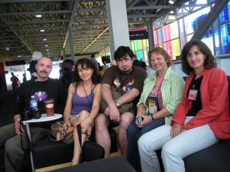 De la stinga la dreapta: Calin Giurgiu, Vali Gurgu, Costi, Nina Munteanu, Elena Giurgiu. Grup de romani sfatuindu-se unde sa-si satisfaca placerile gurmande. Adica, SF, SF, da' mincarea unde e?