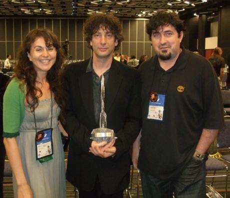 Dupa primirea premiului Hugo pe anul 2009 pentru cel mai bun roman, Gaiman pozeaza alaturi de noi special pentru fanii din Romania!